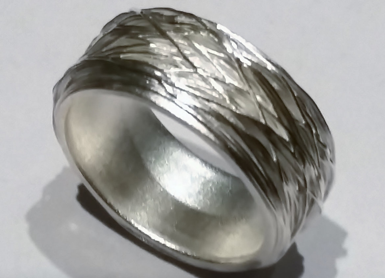 Een handgemaakt juweel uit fijn zilver.