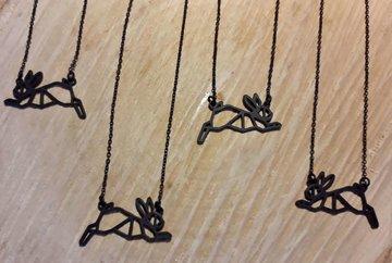 Zwartkleurige halsketting geometrisch konijntje